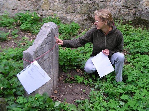 Terezie Dubinová na židovském hřbitově.