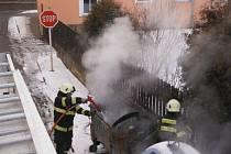 Zásah hasičů u hořícího kontejneru.