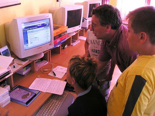 Nemyčevští mladí reportéři u počítače.