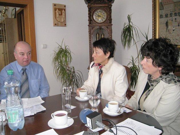 Starosta Jičína Martin Puš s Olgou Hasprovou a Hanou Stárovou.