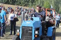 Čtyřiadvacet strojů převážně domácí výroby v sobotu zdolávalo terén pod Kumburkem.