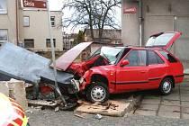 Černožice (Královéhradecko): Osobní vozidlo narazilo do telefonní budky.