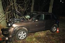 Ve voze cestovali tři lidé, spolujezdkyně utrpěla zranění, které si vyžádalo nemocniční ošetření.