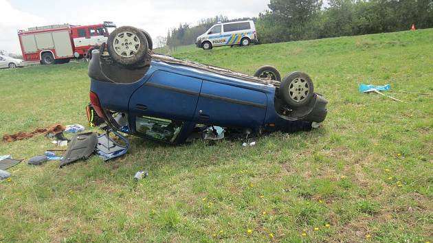 Řidič nezvládl řízení a skončil na střeše.