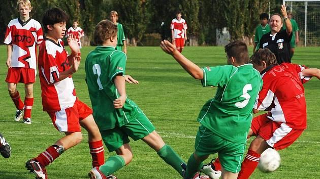 Utkání žáků Železnice - Libáň, které skončilo 2:3. Domácí hráči Patrik Hrych a Dan Barták v souboji s dobře organizovanou obranou hostí.