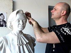 Novopacký sochař Albert Králiček vytvořil čtyři busty představitelů afrického státu Gabon.