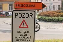 Kruhák v lipách je neprůjezdný, objízdná trasa vede kolem nemocnice Jiráskovou ulicí, od Valdic kolem kasáren.