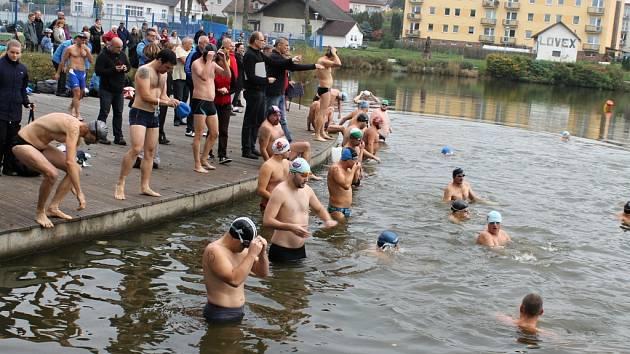 Plavání otužilců na rybníku Kníže.