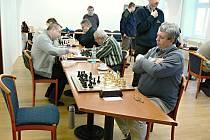 VÍTĚZNOU PARTII vybojoval také Zdeněk Urban (vlevo), když si poradil s Rudolfem Soukalem.