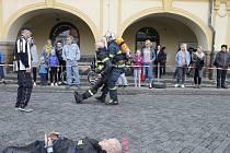 Účastníci soutěže Jičínský hasič přežívá v akci.