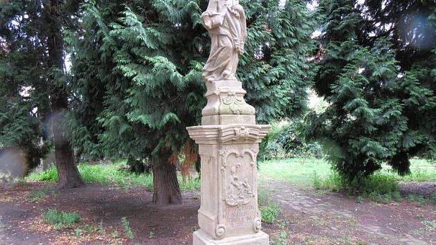 Poškozená socha v Kopidlně.