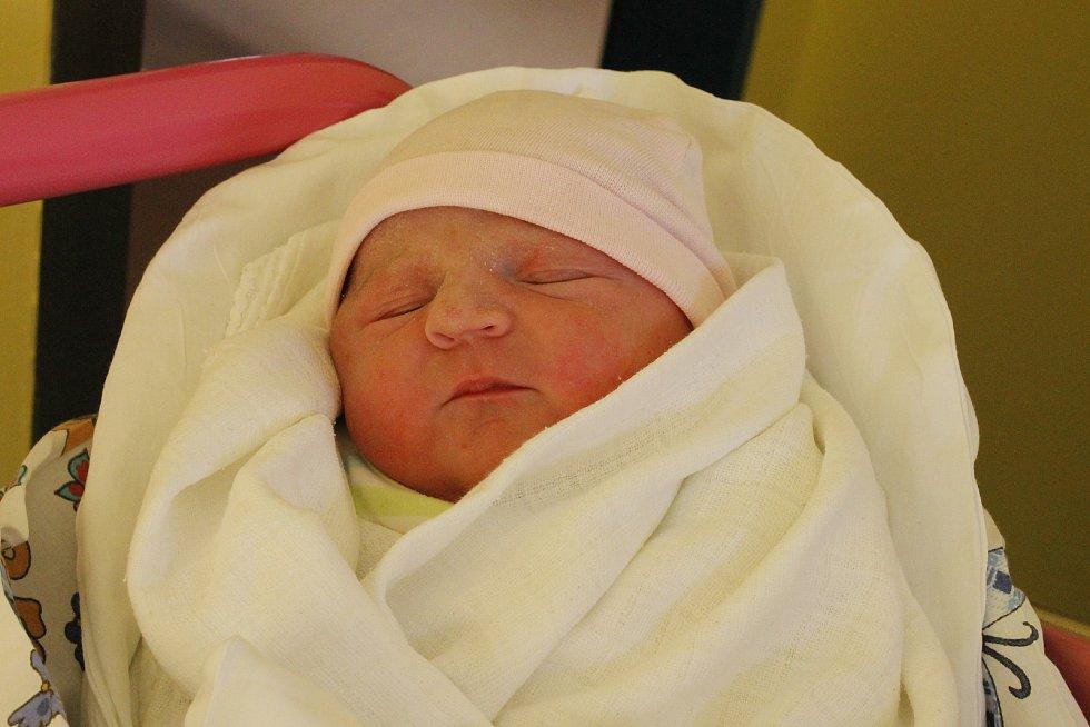 Nela Fričerová se narodila 5. února s mírou 48 cm a váhou 3,15 kg. Šťastnými rodiči jsou Tereza a Petr Fričerovi z Podhradí, kde na sestřičku čeká sedmiletý Matěj.
