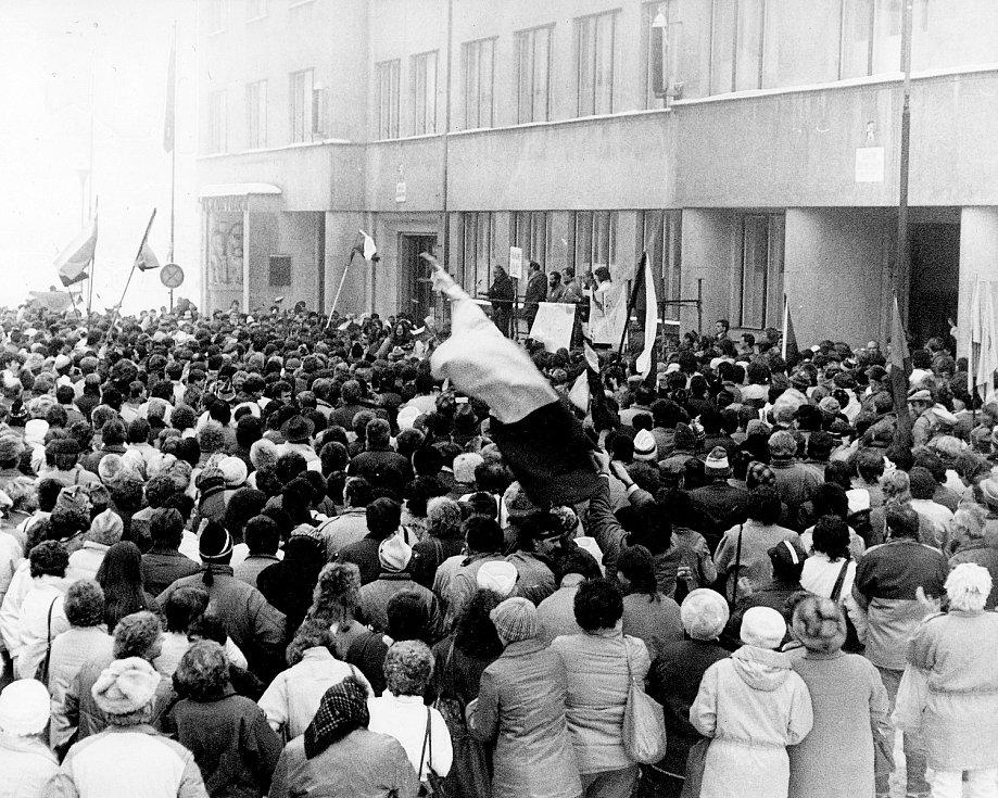 Snímky Zdeňka Kudrnáče zachycují generální stávku 27. listopadu 1989 v Nové Pace na Gottwaldově náměstí.