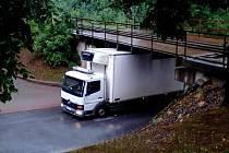 Auto uvízlé pod mostem.