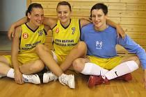 Novopacké basketbalistky Dana Kušiltová (zleva), Andrea Vacková a Adéla Věchtová.