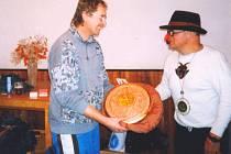 Manduss předává Hasanovi dar k 70. narozeninám na Mikulášském běhu 1998 - disk s výjevy z Hasanova života od akademického sochaře Čeňka Mudruňky.