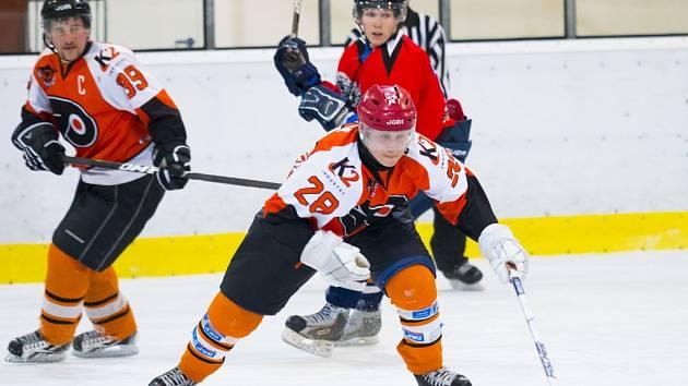 Novopacké hokejové mužstvo po druhé porážce v semifinále LHL skončilo. Na snímku jde za pukem Lukáš Bláha.