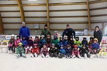 Děti z jičínské MŠ Máj při výuce bruslení na zimním stadionu.