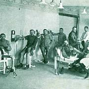 Ortopedický ústav Červeného kříže v Jičíně. Pohlednice byly vydány nákladem Ženského odštěpného spolku Červeného kříže v Jičíně ve prospěch raněných a nemocných vojínů.