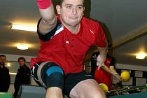DAŘÍ SE. Jaroslav Soukup překonal před týdnem oddílový rekord kuželny (581), v sobotu vybojoval ve Vrchlabí bod.