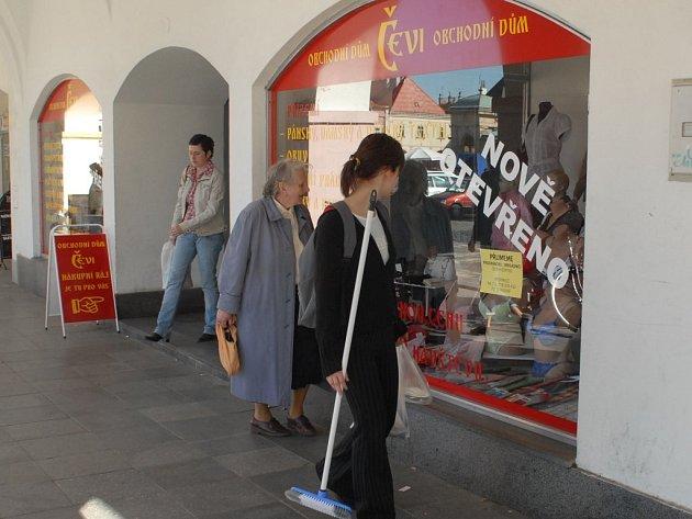 V Jičíně vyrůstá stále více obchodů, které provozují Vietnamci.