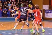Jičínští házenkáři na kýžený postup do play-off nedosáhli. Proti byla v posledním duelu základní části Karviná, která se právě na úkor Jičína do vyřazovací části dostala. Na snímku situace z domácího utkání Jičín – Plzeň.