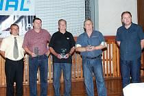TROJICE OCENĚNÝCH (uprostřed) Jiří Josef, Josef Babák a Jan Dudek. Pozornost jim předali  představitelé klubu, Ladislav Havelka (vlevo) a Vladimír Flégr (zcela vpravo).