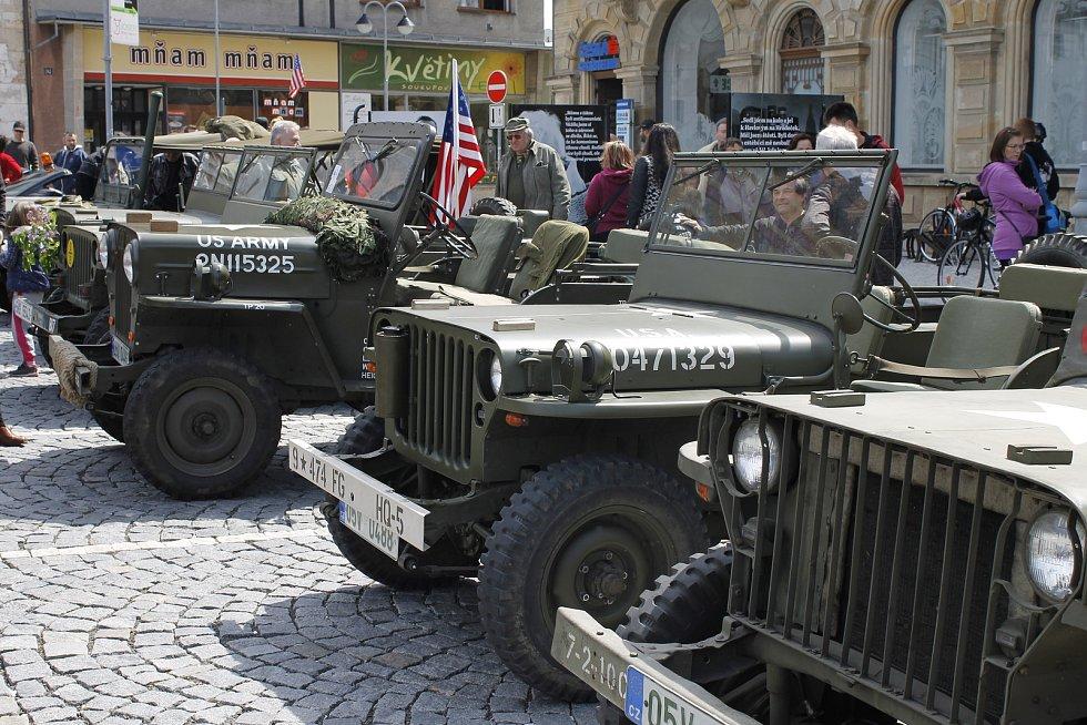 Účastníci vzpomínkové akce Mise Velichovky si udělali zastávku na hořickém náměstí.