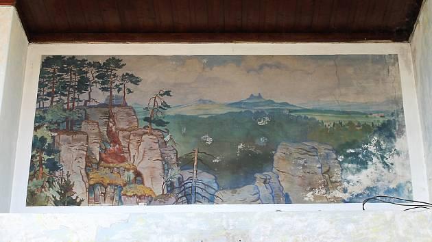 Obrazy v hale jičínského nádraží.