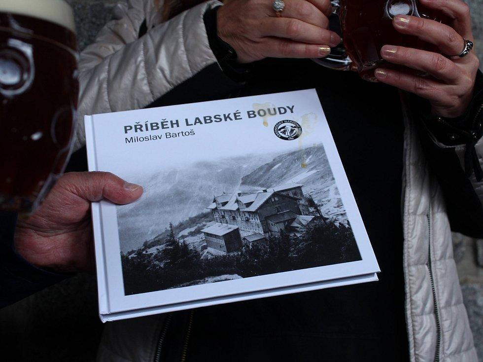 Znovuodhalení pamětní desky Bedřicha Hlouška, nájemce Labské boudy v letech 1920 - 1938 a propagátora Krkonoš.