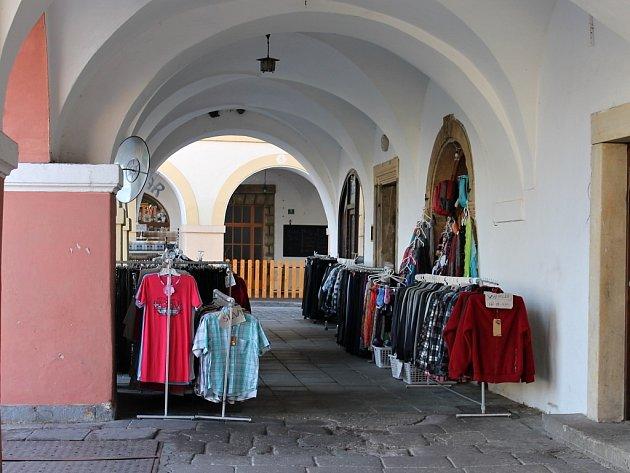 Podloubí zarovnaná zbožím i poutáky na Valdštejnově náměstí.