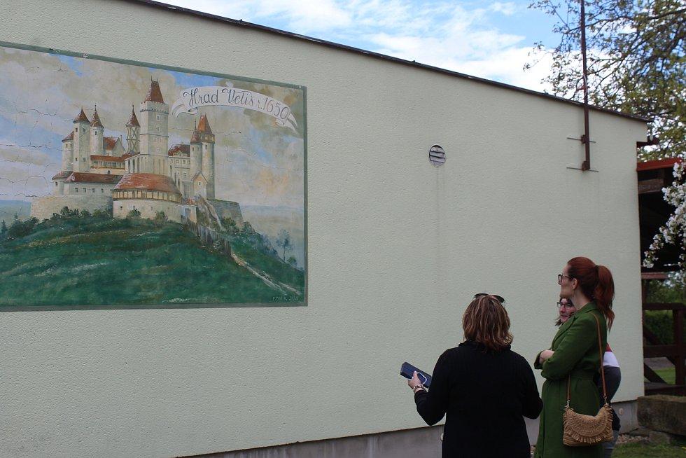 Prohlídka zavedla delegaci také ke kulturnímu domu, v němž se Karel Pařík narodil a žil zde prvních šest let svého života.