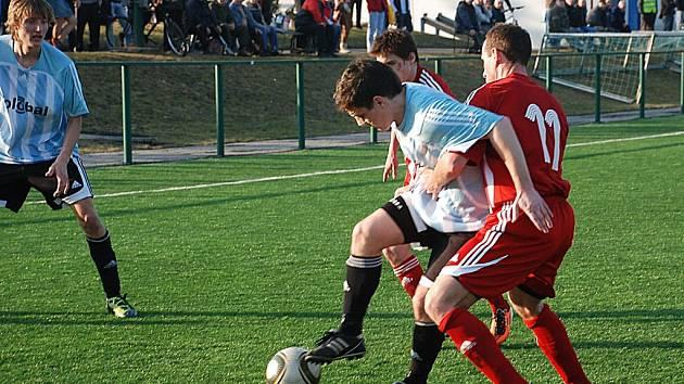 Michael Vacek se probíjí obranou Libčan.