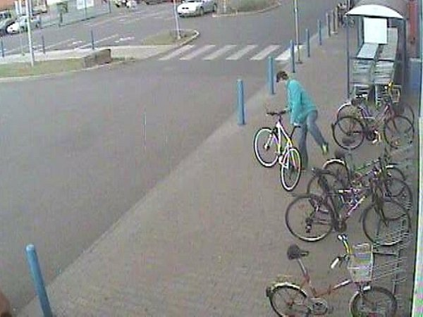 Zloděj jízdního kola na záběrech kamer.
