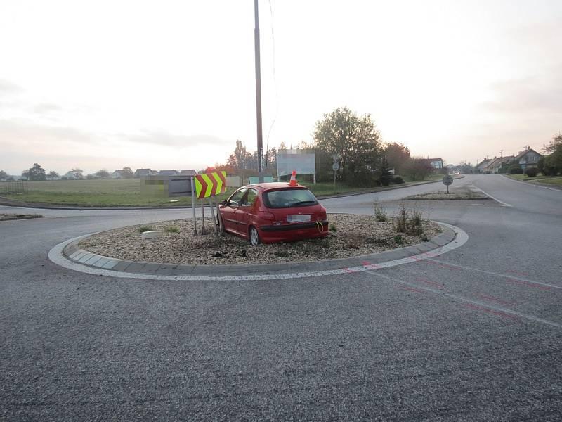 Muž si nevšiml kruhového objezdu a zastavil se o osvětlení na středovém ostrůvku.
