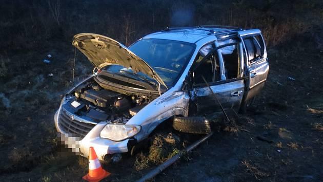 V posledních dnech výrazně přibylo nehod, za nimiž stojí únava řidiče. Jednu takovou řešili policisté v pátek ráno u Dolního Lochova.