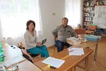 K urnám přišlo ve stavském obvodě na Novopacku i dvě hodiny před koncem voleb téměř padesát procent voličů.