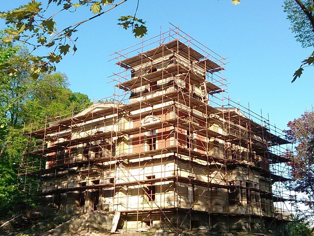 Goldschmidtova vila získá s novými majiteli zpět svoji dávnou noblesu. Sanační práce mají předejít dalšímu chátrání. letos se stavba nejspíš dočká i nové střechy.