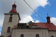 Páteční bouřka utrhla část střechy kostela v Úbislavicích, popadané stromy přerušily dodávku energie. Energetici stále odstraňují závady, takže spousta  domácností je bez elektrického proudu i bez mobilních dat.