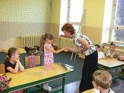 Nad školním vysvědčením Kristýna Raisová, Pavla Záveská a Jana Červeňáková.