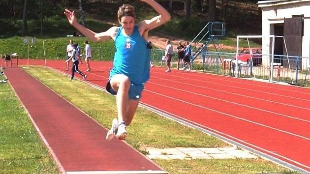 Úspěšný atlet Pavel Šnajdr ve skoku dalekém.
