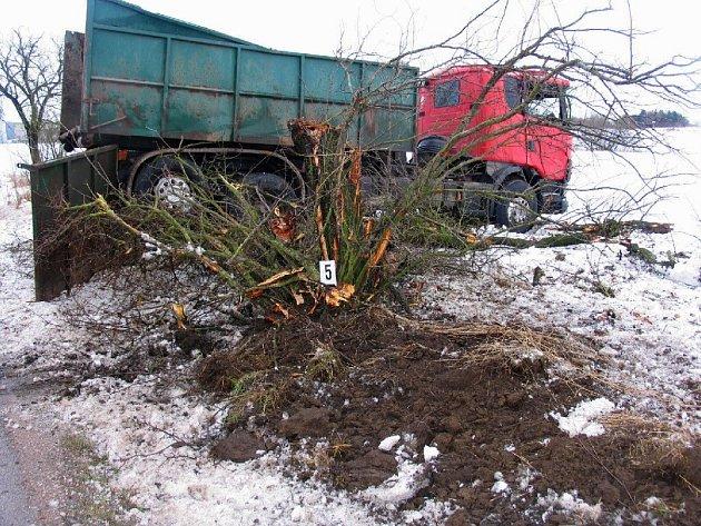 U obce Soběraz na Jičínsku došlo k havárii nákladního vozidla Scania R 144. Naštěstí nebyl nikdo zraněn a celková škoda byla vyčíslena na 408 tisíc korun.
