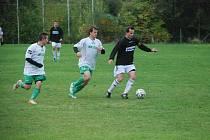 Utkání okresního přeboru mužů Železnice – Lázně Bělohrad B 0:1. Na snímku u míče hostující Suchánek.