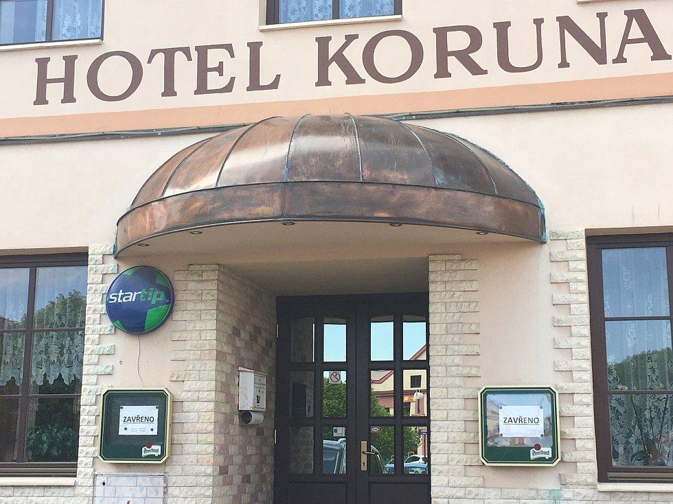 Oba dva hotely na náměstí jsou nyní mimo provoz.