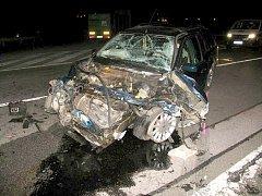 V neděli 29. června vyjel 22letý řidič fordu vlivem rychlé jízdy do protisměru a čelně se střetl s kamionem. Ten se převrátil napříč silnicí. Těžce zraněn byl řidič osobního vozu i jeho dvě spolujezdkyně. Škoda je dva miliony korun.