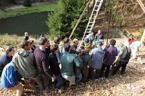 Členové horolezeckého oddílu přinášejí totem na místo, v bledězelené košili autor Jan Macoun.