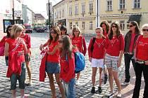 Finalistky soutěže Dívka roku 2008 před jičínskou radnicí.
