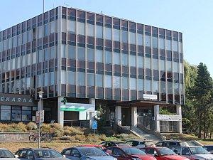 Budova bývalé VZP v Jičíně.