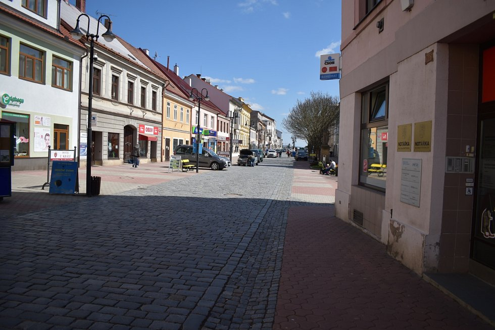 Na jičínské pěší zóně - Husově ulici, je i přes karanténní opatření rušno. V sobotu zde opět budou  pravidelné farmářské trhy. Některé prostory po zrušených obchodech jsou stále prázdné.
