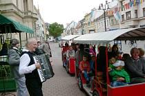 Řehečské kvarteto před Hotelem Praha.